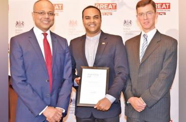 Prashan De Visser with British High Commissioner in Sri Lanka James Dauris and Minister for Southern Development and Youth Affairs Sagala Ratnayake.