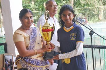Nipuni Chandrasekera the captain of the winning Mahamaya Golds team receiving the trophy from Indra Withanachchi