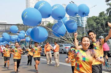 Indonesians arrive to welcome the torch runners during the last relay in Jakarta on August 18, 2018, ahead of the opening ceremony of the 2018 Asian Games. ( AFP)