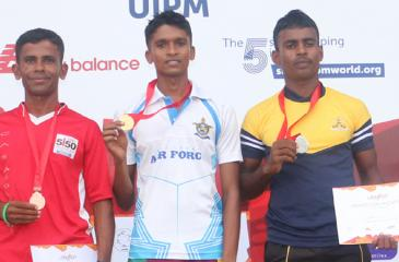 Winners in the senior category NAS Horagahapitiya (centre), runner-up Suresh Kelum (left) and second runner-up Nelumsiri Kumara