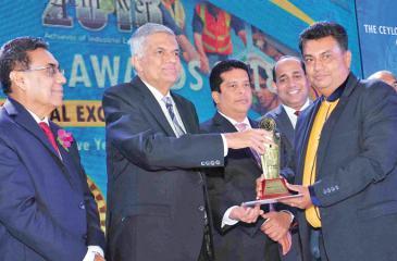 Managing Director, Wijaya Products, Aruna Kothalawala receives the award from Prime Minister Ranil Wickremesinghe