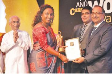 Vidumini Ranasinghe receives the award