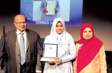 'Hejaazite of the Year', Aadhila Nazeer with her award
