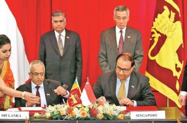 Prime Minister Ranil Wickremesinghe and Singapore Prime Minister Lee Hsien Loong witnessing a Memorandan of Understanding signing ceremony between Development Strategies and International Trade Minister Malik Samarawickrama and Singaporean counterpart S. Iswaran at the Istana in Singapore on 19th July 2016. The MoU marked the commencement of discussions of SLSFTA
