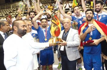 Chief Guest on the final day Speaker of the Parliament Karu Jayasuriya and Minister of Power and renewable Energy and President of the SLVBF Ranjith Siyabalapitiya presenting the Cup to Iraqi coach Alaa Khalafa while the victorious team celebrate