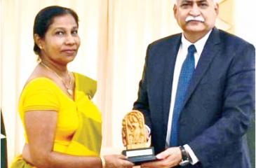 Director SCC Ms. D.K.R. Ekanayake presenting memento to Pakistan HC