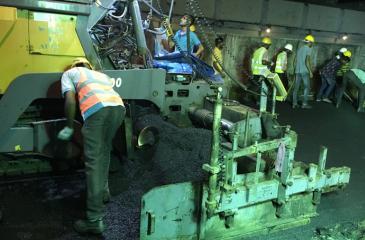 Layering a strip of road with the new material between Ratmalana and Borupana