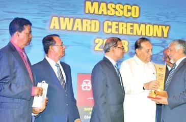 Capt. Ajith Peiris Chairman of CINEC receives the MASSCO Award from Speaker Karu Jayasuriya