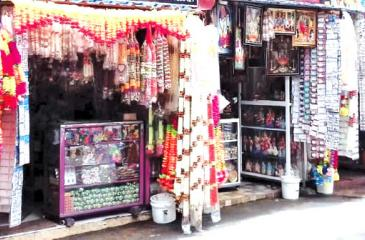 A mix of natural and artificial garlands adorn the stalls of Sea Street