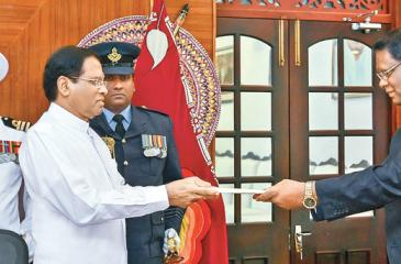 Justice Nalin Perera was sworn in as the Chief Justice before President Maithripala Sirisena at his official residence last evening. Picture by President's Media Division.