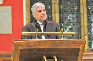 Prime Minister Ranil Wickremesinghe at the Oxford Union  (Photo Courtesy: Colombo Telegraph)
