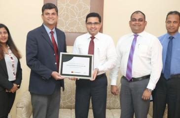 Commercial Bank Chief Operating Officer Sanath Manatunge receives the award from Mastercard Country Manager Sri Lanka and the Maldives, R. B. Santosh Kumar  in the presence of (from left) Mastercard Senior Specialist Account Management Ms Sheranga Perera, the Bank's Deputy General Manager, Marketing, Hasrath Munasinghe and Head of Card Centre, Thusitha Suraweera.