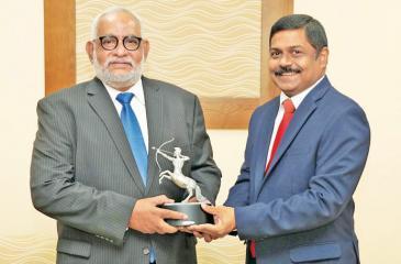 Managing Director of the  Bank. S. Renganathan presents the award to Jegan  Durairatnam (left).