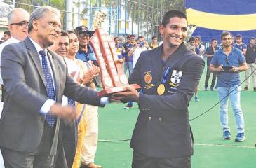 S. Thomas' College captain Dewmal Palapathwala receives the Orville Abeynaike Memorial Trophy from Dr. Kapila Waidyaratne