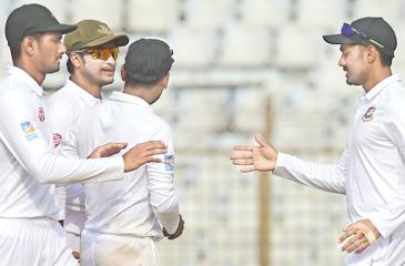 Bangladesh cricketer Mehidy Hasan (R) celebrates with teammates Shakib Al Hasan (2R) and Mohammad Mahmudullah (L) their win at the end of the third day of the first Test cricket (AFP)