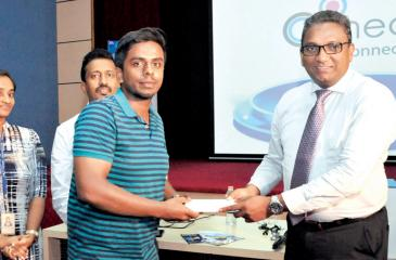SLT CEO Kiththi Perera (right) presents a gift to a participant of 'Know your social ID?'