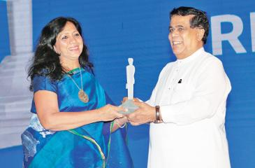 Nestlé Managing Director Shivani Hegde receives the award from Transport Minister Nimal Siripala de Silva.