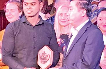 Yasaratne receives the award from the Deputy Director of Tourisma Department of Hue Province, Vietnam