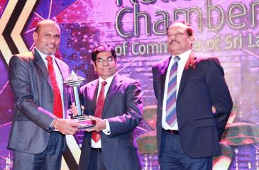 Chief Operating Officer of HNB Finance, Priyalal Arangala receives the award.