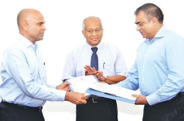 From left : Chairman Express Newspapers (Cey) (Pvt) Ltd.,  Hari Selvanathan, Managing Director Express Newspapers (Cey) (Pvt) Ltd., Kumar Nadesan and Group Chairman Thinathanthi S. Balasubramanian Adityan.