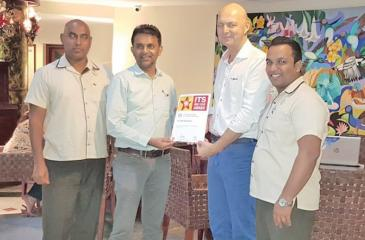 Browns Hotels and Resorts Group General Manager Eksath Wijeratne receives the ITS Red Star Award from Go Vacations General Manager Tim Grosse.
