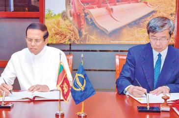 President Maithripala Sirisena and ADB President Takehico Nakao sign the agreements.