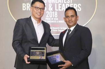 Shiwantha Dias receives the award