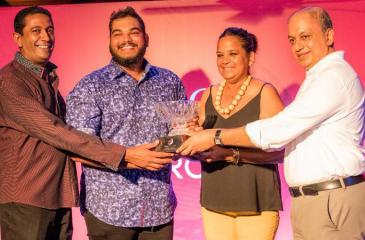 The winning team comprising Sheron Fernando (left), Sachin De Silva and Anusha Senadheera receive their prize from Rizwan Sahabdeen, Managing Director of Sifani Jewellers