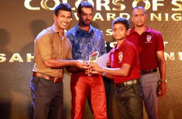 Winner of the Serendib International Cricket Academy award Sahas Nuiminda receiving his prize from former Sri Lanka players Nuwan Kulasekara and Sachitra Senanayake.