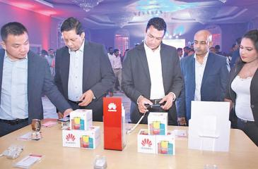 Huawei Consumer Business Group Sri Lanka Country Head Peter Liu, Singer Sri Lanka PLC Marketing Director Kumar Samarasinghe, Singer Sri Lanka Group CEO Mahesh Wijewardene and Huawei Consumer Business Group Sri Lanka General Manager Kalpa Perera experiencing the Huawei Y Series 2019.