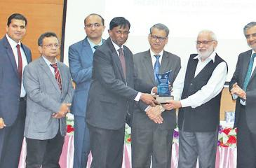 The Bank's Deputy General Manager, Finance and Planning, Vipula Jayabahu  receives the award from the Director General of the Indian Institute  of Cost and Management Studies and Research, Dr. Asok Josh.