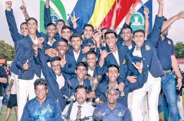 The Thurstan College squad comprising Sandaru Dias (captain), Ayesh Harshana (vice-captain), Bavantha Jayasinghe, Yohan Liyanage, Ranesh Silva, Jayavihan Mahavithana, Shalaka Bandara, Pruthuvi Tharukshaya, Sanath Nandina, Avishka Kaushalya, Anju Karunanayake, Prasanna Pushpakumara, Nimesh Perera, Rashika Hiripitiya, Udith Wickramaarachchi, Dhasun Jayawardena, and Nulaksha Malith pose with their trophy after beating Isipathana College