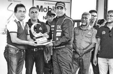 The fastest driver Asahn Silva (32.61) receiving the coveted trophy from chief guest Prabath Dahanayake Chief Marketing Officer SLT