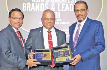 Kalhari Group of Companies Chairman and Managing Director Kaushal Rajapaksa (centre) receives the award.