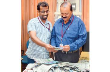 Gerald Nadesan, Deputy  Production Manager (Operation)  ANCL (right) and Praveen Mendis, Chief Sub-Editor, Daily News, selecting the Readers Coupon No.18 winners of 'Observer - Mobitel School Cricketer 2019' at Lake House  Pic by  Ranjith Asanka