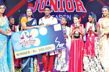 The winner, Lohaviyasan of Batticaloa receives the prize.