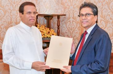 Mangala Yapa receives the letter of appointment from President Maithripala Sirisena.