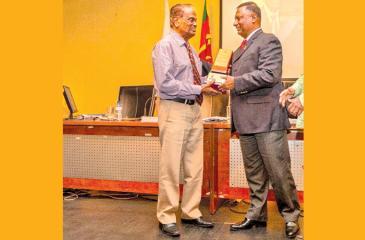 NOC SL President Suresh Subramaniam (right) presenting a felicitation plaque to former NOC Secretary Prema Pinnawela