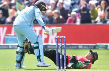 England's Jason Roy collides with umpire Joel Wilson (AFP)