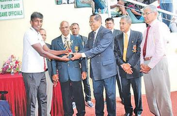 Sanjaya Jayasinghe, most valuable athlete receiving his award from the chief guest P.H.D. Waidyatilaka
