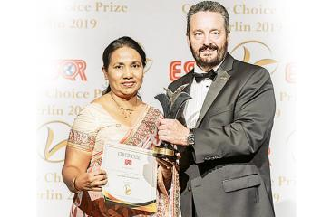 Deputy General Manager, Quality Management of SLT, Ms. Vidya Dias receives the award.