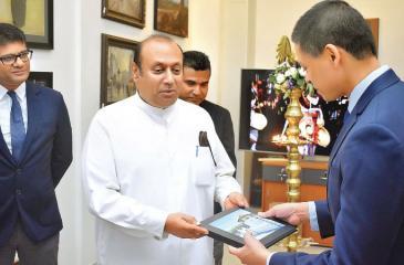 Mayor of Kandy, Kesara Senanayake receiving a photo book from Chathura Dissanayake, Director / CEO of Ranpath Group of Companies