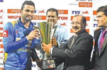 Sri Lanka cricket captain Dimuth Karunaratne receives the TVS Cup from Chairman, Sri Lanka Cricket, Shammi Silva, Director, Operations, TVS Lanka, S. V. Nana Rau and Chief Executive Officer, TVS Lanka, Ravi Liyanage.