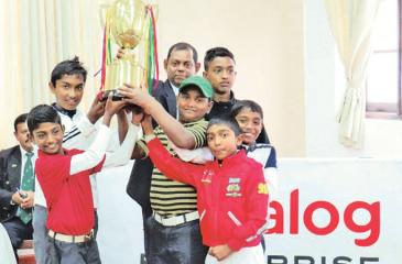 The winning duo of Sasindu Upeksha and C Daraniyan hold aloft the trophy