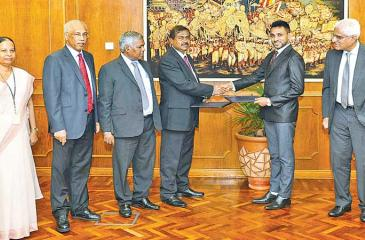 Director, FIU, D. M. Rupasinghe and Chairman of CMA, C. A. Wijeyeweere, exchange the MOU. Central Bank Governor Dr. Indrajit Coomaraswamy, Deputy Governor H. A. Karunaratne, Assistant Governor Mrs. S. Gunaratne and senior officials of the CMA were also present.
