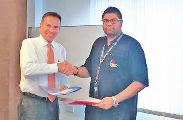 The exchange of agreements between Chairman, Wild Holidays,Vijith Welikala (left) and Marketing Director / Lead Consultant, Island Tea Co., Minodh de Sylva.