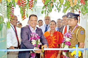 Managing Director/CEO, HNB, Jonathan Alles opens the Customer Centre with ASP, Mt. Lavinia, Senaka Ratwatte, Sanjay Wijemanne, Deputy General Manager, Retail Banking, HNB, Jude Fernando, Deputy General Manager, SME and Midmarket, HNB, Vinodh Fernando Head of Network Management, HNB, Madhuwanthi Perera, Manager, Ratmalana HNB Customer Centre are also in the picture.