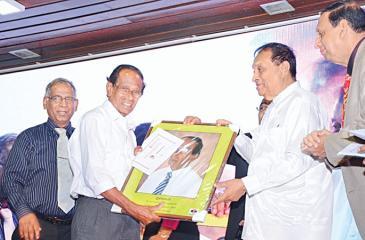 P. Krishnasamy and Ananthi Balasingham  receiving their awards