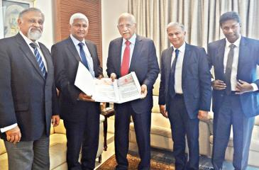 Ceylinco Healthcare Services Limited (CHSL) Chairman R. Renganathan (second from left) and Apollo Hospitals Chairman Dr. Prathap Reddy (centre) exchange the agreement. Looking on (from left) are Medical Director CHSL, Prof. Rohan Jayasekera, CHSL Director Thushara Ranasinghe and General Manager Tharuka de Silva.