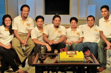 The first team of Rise and Shine celebrating the 100th edition of the show. [From Left] Dilani Ayesha, Achala Solomons, Subhashana Gamage, Kishan Jayathunge, Sunanda Hettiarachchi,  Sanjeewa Batuwatta, Dulanka Thennakoon.